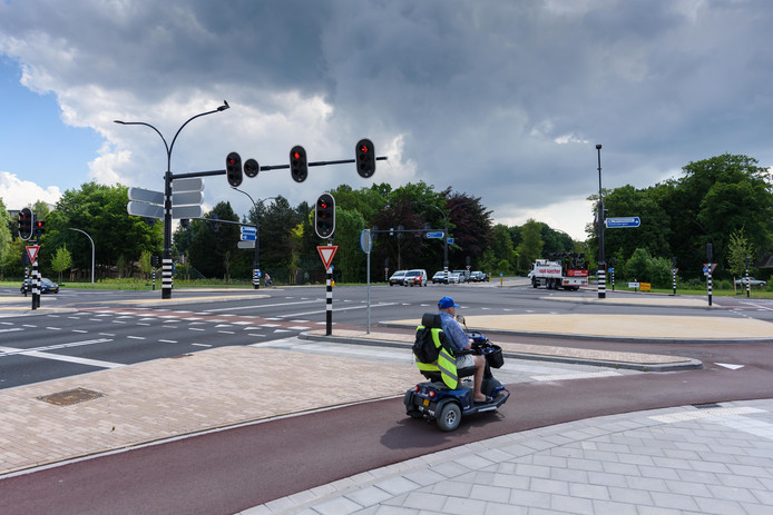 De kruising Enschedesestraat-Kuipersdijk is al aangepakt en vernieuwd, nu is de Kuipersdijk (rechts) bijna klaar.