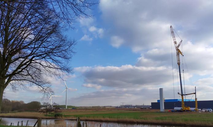 De windmolen achter bol.com op bedrijventerrein Haven Acht wordt gedemonteerd. De molen staat in de weg omdat achter Haven Acht een containerhaven wordt aangelegd. De andere molens kunnen blijven staan.