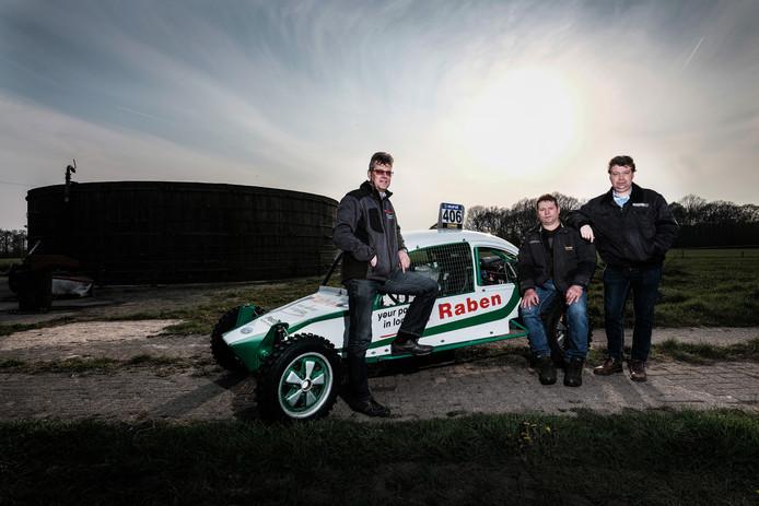 De Meddonaren (v.l.n.r.) Marco Raben, Jan Teselink en Hans Kersten werken al 25 jaar samen bij de organisatie van de autocross.