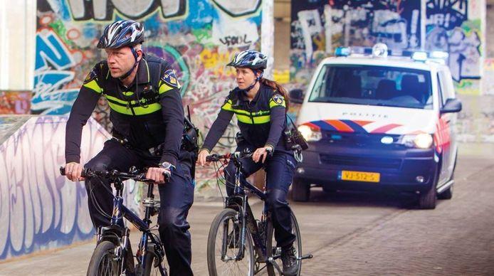 Agenten op het terrein van de Vasim in Nijmegen. Foto ter illustratie.