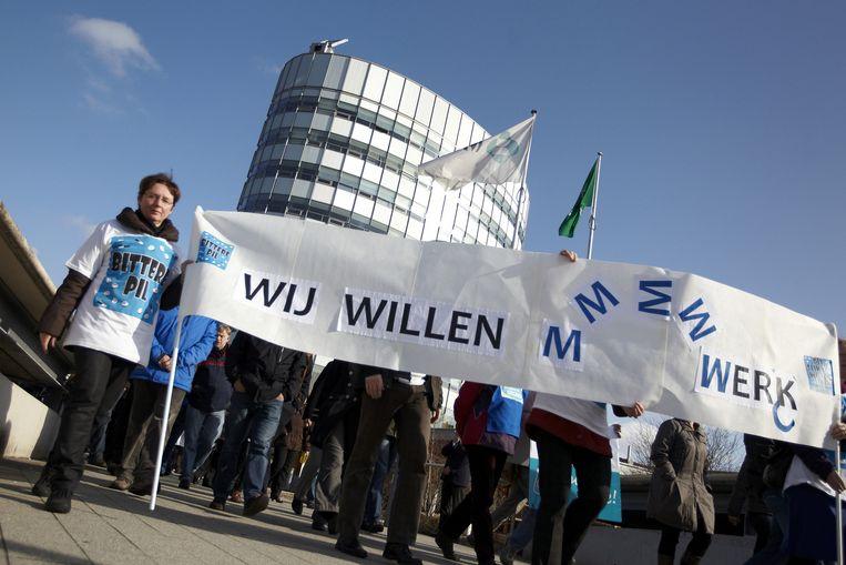 Ruim honderd medewerkers van MSD in Oss wandelen woensdag tijdens hun lunchpauze in een protestmars naar het gemeentehuis in Oss, vanwege de onzekere toekomst van het bedrijf. Beeld null