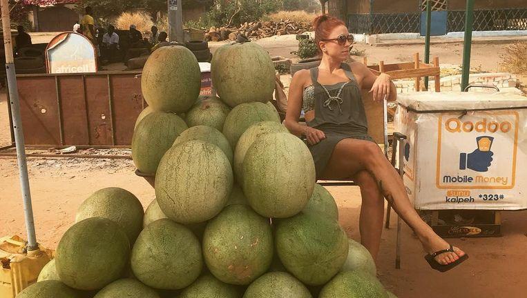 Natalia poseert bij een gigantische hoop watermeloenen.