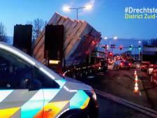 Politie stopt chauffeur van vrachtwagen waar lading bijna af valt