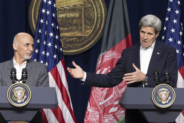Amerikaanse minister van Buitenlandse Zaken John Kerry (R) met de Afghaanse president President Ashram Ghani Beeld anp