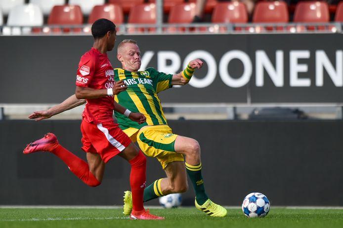 Tom Beugelsdijk in duel met Riley Reemnet van Almere City.