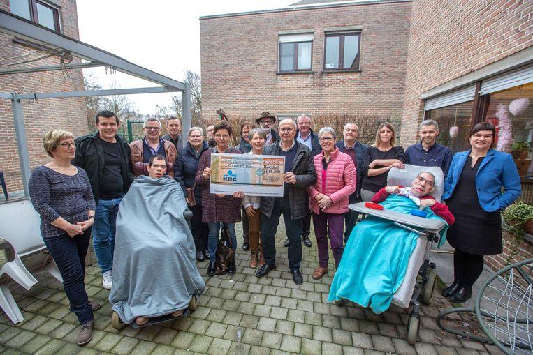 Fietsvrienden Compostella uit West-Vlaanderen schenken bijna 7.000 euro aan Levenslust.