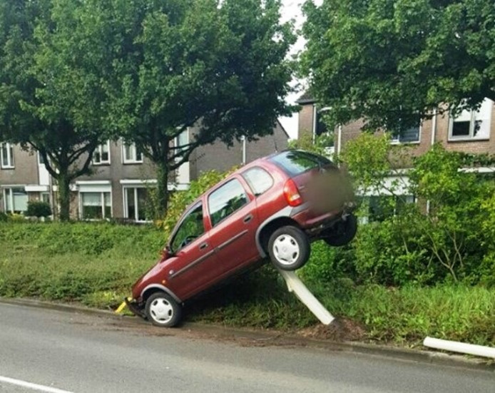 De auto belandde op de lantaarnpaal.
