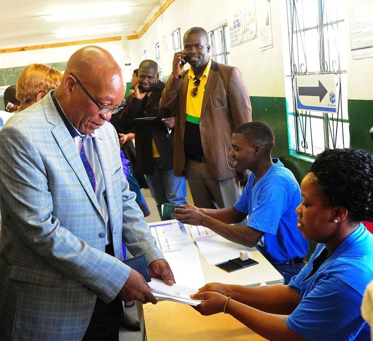 De Zuid-Afrikaanse president Jacob Zuma brengt zijn stem uit. Beeld epa