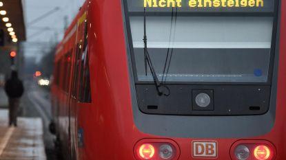 Man duwt vrouw voor rijdende trein, slachtoffer overleeft het niet