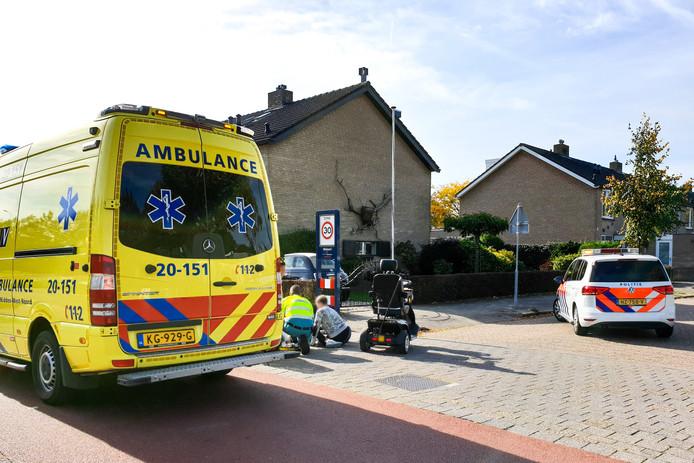 Vrouw valt uit scootmobiel en raakt gewond.