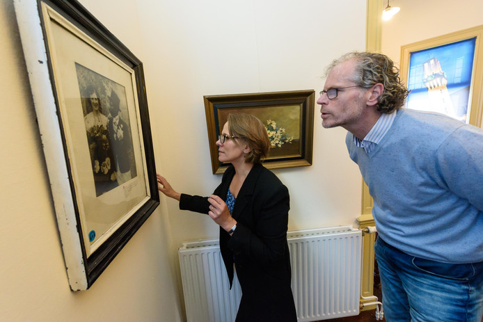 Frank Krake, schrijver van het succesboek over Menthol, leidde de achternicht van diens vrouw Roosje in 2017 door Museum Hengelo.