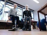 Geen stoelen, maar wiebelkrukken en skippyballen in deze Gelderse klas