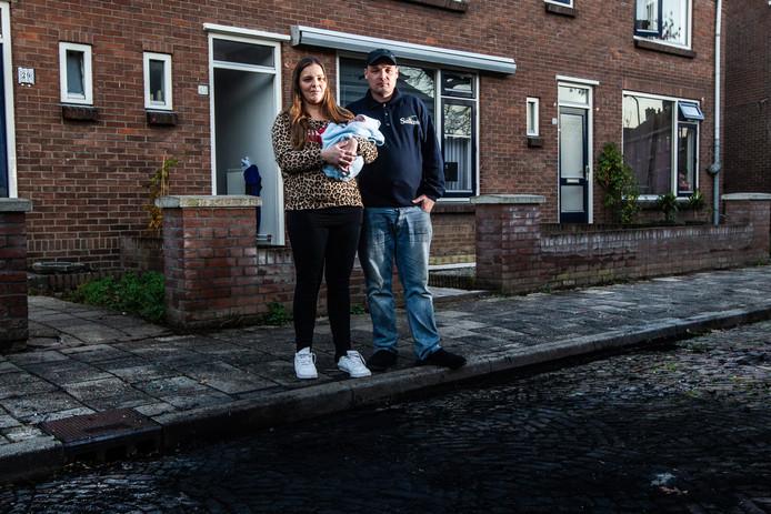 Jack Beuker, Desney Veldhuis en baby Djenayro. ,,Wisten we maar wie het was, dan hadden we het gelijk aan de politie verteld.''
