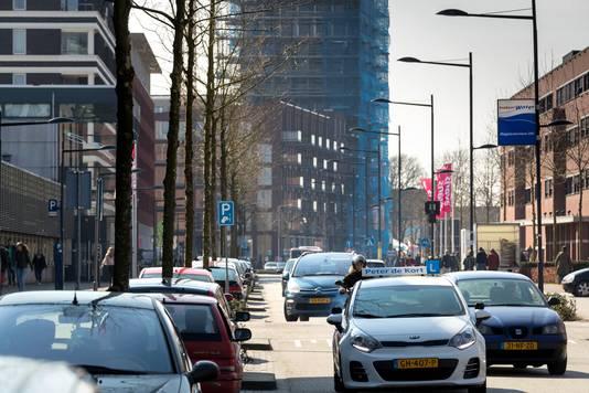 Nederland,  Den Bosch, er zijn plannen om de onderwijsboulevard autoluw te maken vanaf de Hugo de Grootlaan. links de kunstacedemie en rechts Avance Hogeschool.