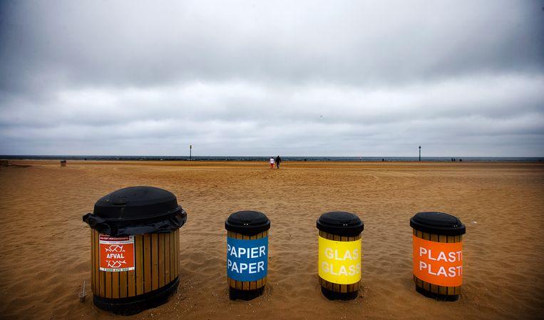Afvalbakken op het Scheveningse strand Beeld ANP
