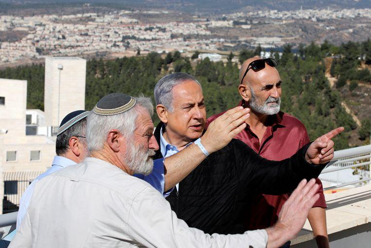 Premier Netanyahu dinsdag tijdens een bezoek aan Israëlische nederzettingen op de Westelijke Jordaanoever.  Beeld null