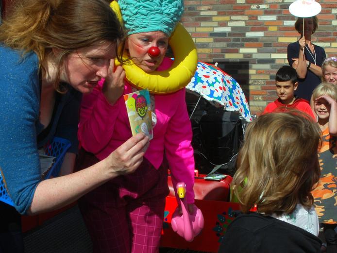 Archieffoto. Initiatiefnemer Kath Duin (links) reikt de ZomerPretPas uit, clown Carmen kijkt of het wel goed gaat.