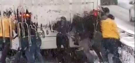 Vitesse-fans moeten eigen bus richting Kasteel duwen