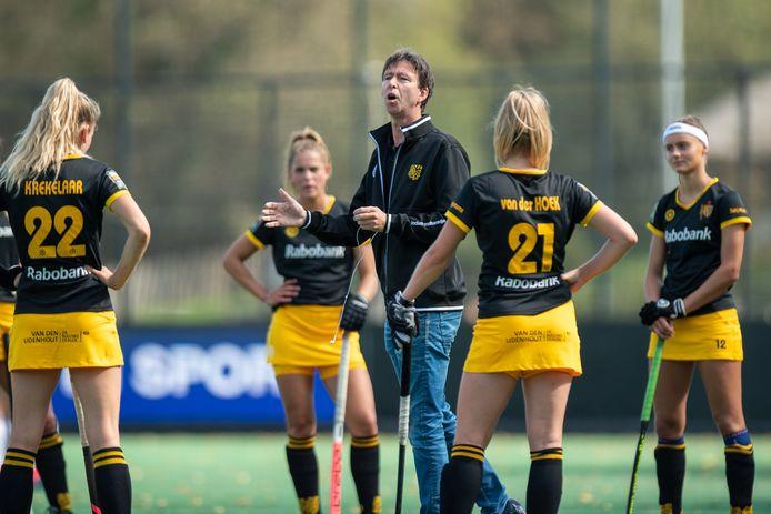 Raoul Ehren als coach van de vrouwen van HC Den Bosch.