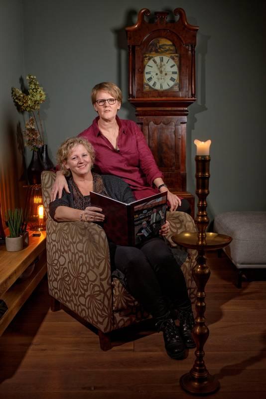 De zussen Saskia en Bernadette (rechts), met het fotoboek van het gouden huwelijk van hun ouders.