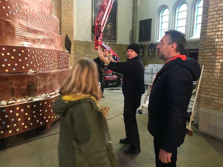 Tom Waes en Griet Huygens bij de opbouw van de taart.