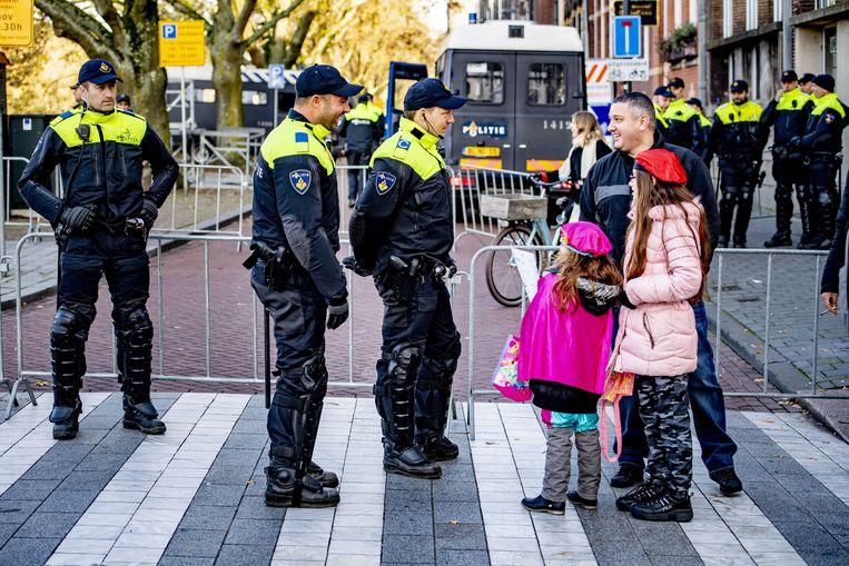 Wéér een taak er bij: de bescherming van de Sint  tijdens de intocht in Den Bosch.  Beeld Robin Utrecht, ANP
