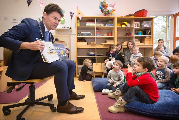 Burgemeester Paul Depla leest bij de start van de nationale voorleesdagen voor uit De Kleine Walvis aan zo'n 25 peuters van Partou Kinderopvang aan de Jan van Nieuwenhuijzenstraat in Breda.