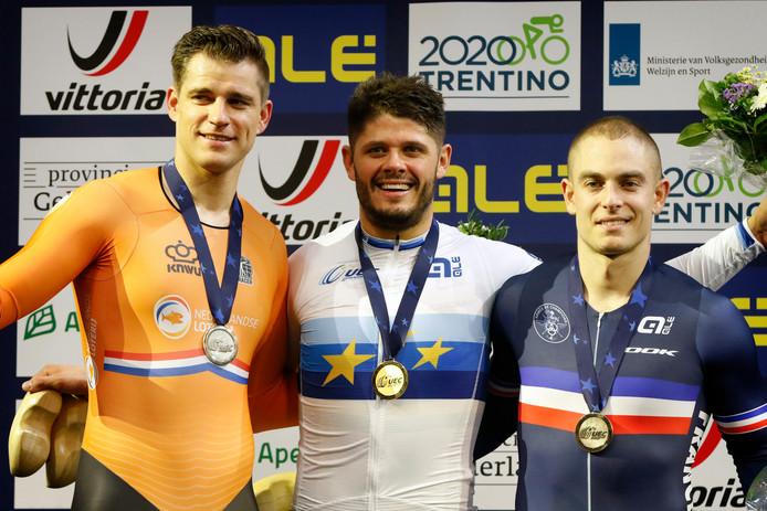 Theo Bos met de zilveren medaille om zijn nek na de kilometer tijdrit op de EK.