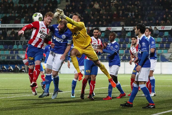 Ossenaar Richard van der Venne in duel met FC Den Bosch-keeper Nick Leijten.