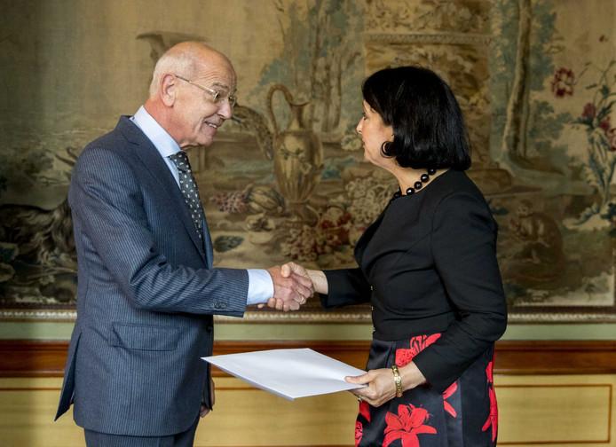 Kamervoorzitter Khadija Arib overhandigt Gerrit Zalm zijn opdracht