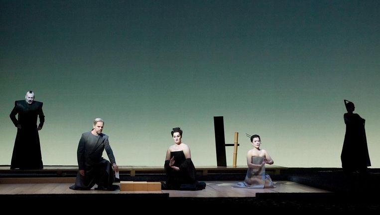 Carlo Bosi als Goro, Anthony Michaels-Moore als Sharpless, Roxana Briban als Cio-Cio-San en Ning Liang als Suzuki in Puccini's Madama Butterfly. Beeld Hans van den Bogaard/DNO