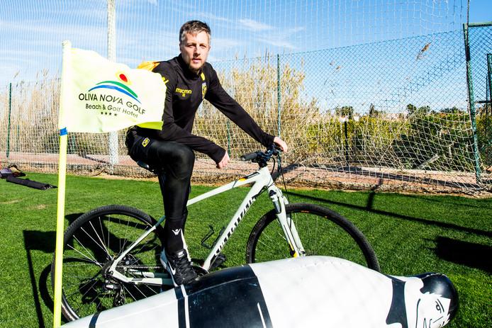 Remko Pasveer, zittend op zijn vervoermiddel  in het Spaanse Oliva.