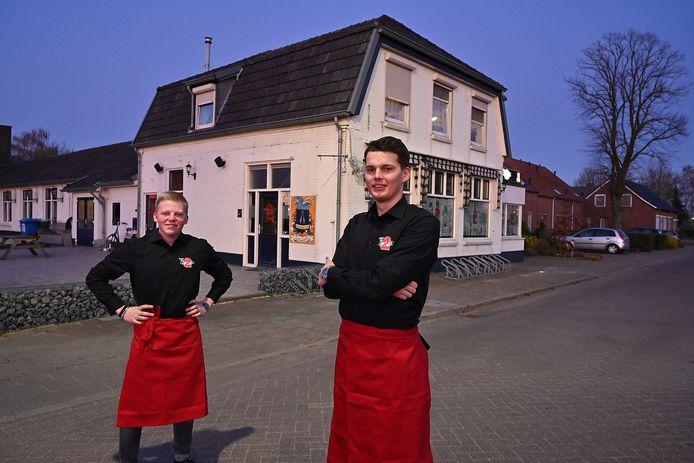 Pim van den Born en Bert Kerstens (r) jonge enthousiaste nieuwe kroegbazen in Oeffelt. Door het coronavirus is de opening van het enige café in het dorp uitgesteld.