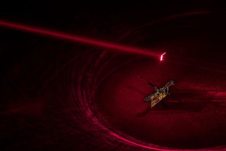 Een onzichtbare laser, hier getoond als rode straal, voorziet de robot van energie.