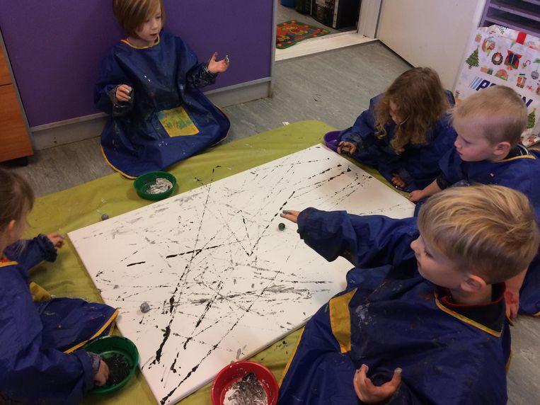 De kinderen van de tweede en derde kleuterklas maakten gevoelsschilderijen.