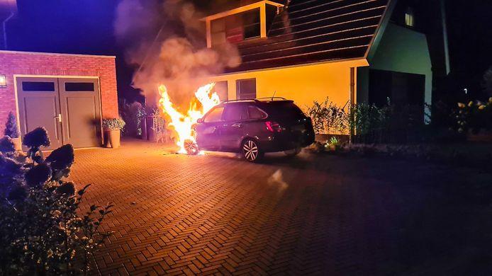 Een van de autobranden was aan de Libel in Epe.