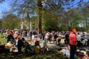 Archieffoto van de vrijmarkt in Lepelstraat tijdens het Oranjefeest in 2012, dat in die tijd nog op 30 april werd gehouden.