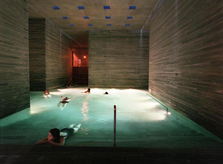 Het less-is-more-zwembad in het kuuroord Vals, Zwitserland Beeld null