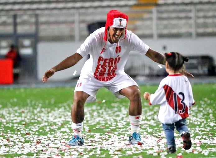 Feyenoorder Renato Tapia viert met zijn dochtertje Niara de kwalificatie van Peru voor het WK.