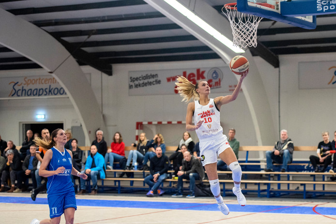 Batouwe-speelster Lisanne de Jonge heeft volop tijd om ongehinderd naar de basket te zweven.