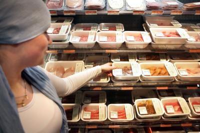 Halal-vlees bij een filiaal van Albert Heijn. Het supermarktbedrijf stopt aanstaande vrijdag de verkoop van vlees van onverdoofd ritueel geslachte dieren. Albert Heijn zal wel vlees van verdoofd geslachte dieren als halal blijven verkopen. ANP Photo
