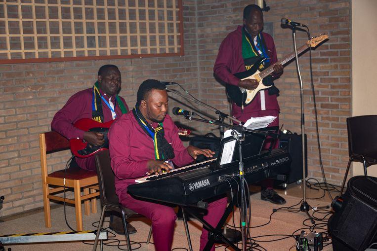 De Tanzaniaanse koorgroep bracht ook hun eigen muzikanten mee