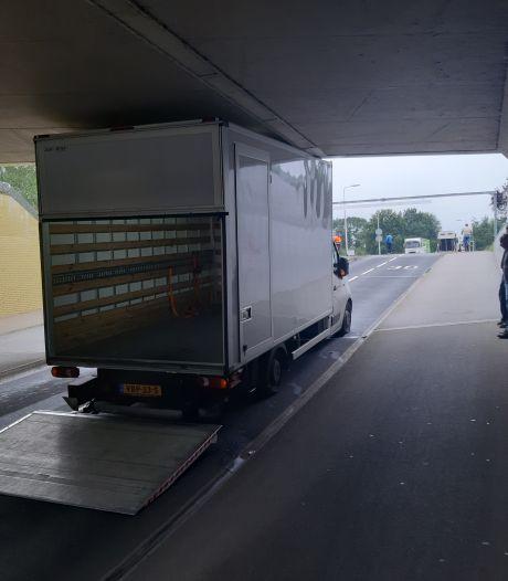 Pakketbezorger verkijkt zich op tunnel in Almelo: busje muurvast