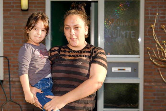 Vivien met haar dochtertje aan de Ad van Emmenesstraat. Vorig jaar kwamen ze bij Melius Zorg wonen vanwege 'een probleem met de vader'.