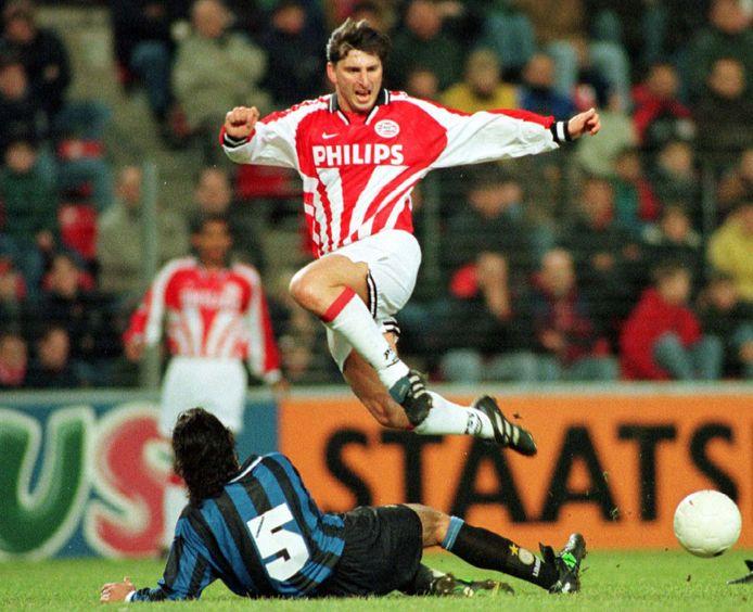 1997: Luc Nilis ontwijkt een tackle van Fabio Galante van Inter.