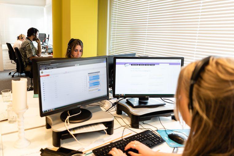 In de belkamer in Amsterdam houden de vrijwilligers hun scherm nauwlettend in de gaten: meer dan de helft van de vragen komt binnen via de chat.  Beeld null