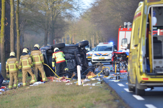 De weg is afgesloten vanwege het ongeluk.