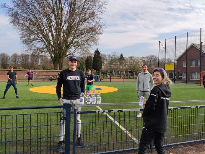 Jongerenwerkers van de LEVgroep wijzen sportende Helmondse jongeren op de risico's van te nauw contact.