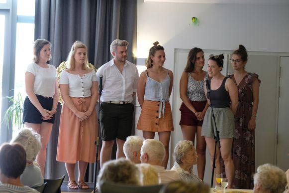 De studenten die twee jaar geleden een musical maakte over Rosy's levensverhaal zongen een medley