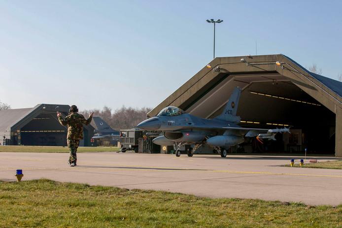 Een F-16 op de vliegbasis Volkel.